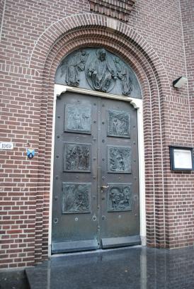 De Deur van de Joannes de Doper Kerk in Hoofddorp met reliefen