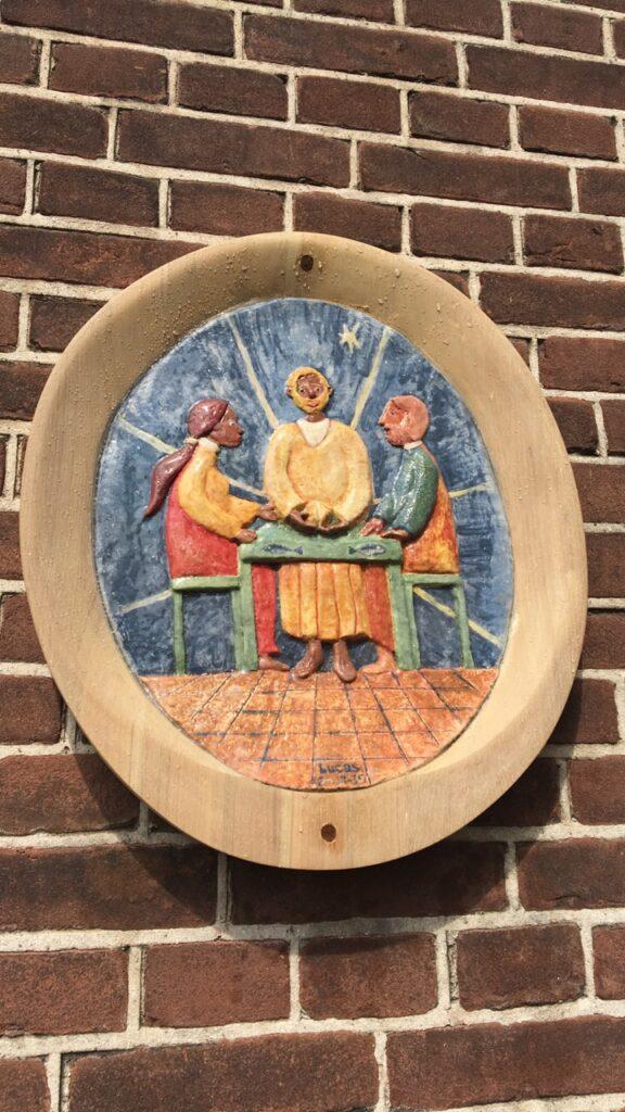 Reliëf van de Emmausgangers  in de Bijbelse Tuin in Hoofddorp