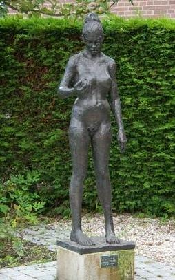 Beeld van Eva in de Bijbelse Tuin in Hoofddorp