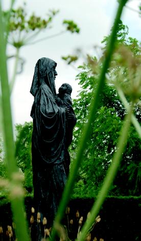 Maria met het kind Jezus  in de Bijbelse Tuin in Hoofddorp