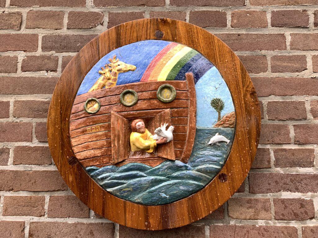 Relief van Noach in de Bijbelse Tuin